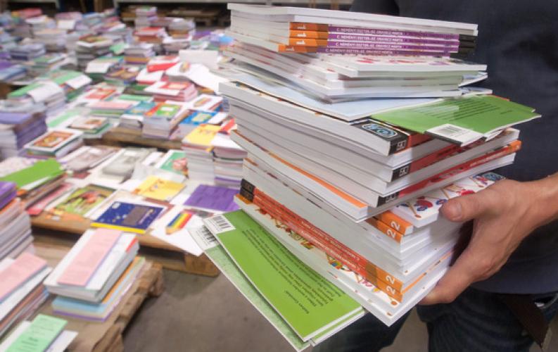 Tankönyvosztás a Huszár Gál Iskolában